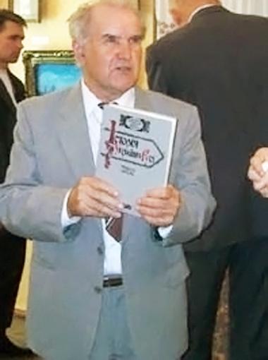 Краевед Виктор Москваленко показывает гостям книгу об истории семьи Аркасов.