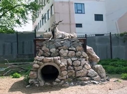 Для горных козлов в питомнике построили каменные возвышенности.