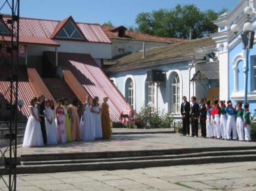 Гостей встречали школьники, одетые в костюмы начала 19 века.