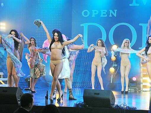 Конкурсантки вышли в комплектах телесного цвета от Юлии Айсиной.