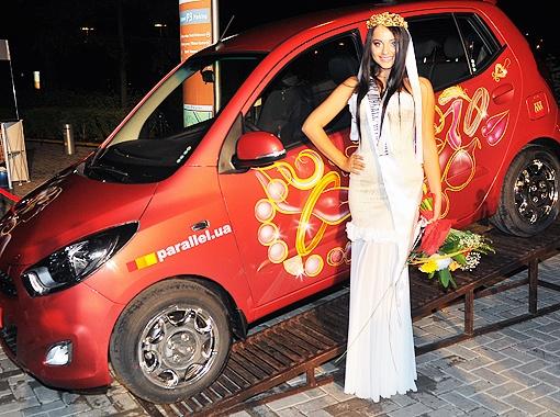 Победительница с выигранным автомобилем Hyundai.