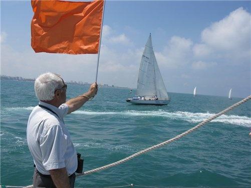 Главный судья регаты Рафаэль Нугер проверяет направление ветра