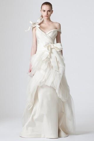 Вот такое платье от Веры Вонг стоит примерно 50 000 евро!