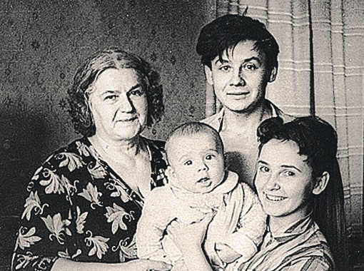 Слева направо: мама Олега Табакова Мария Андреевна Березовская, маленький Антон, Олег Табаков и его первая жена Людмила Крылова.