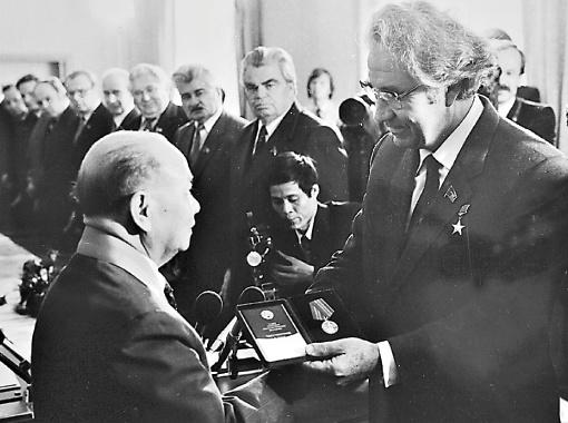 А еще председателю Госсовета Вьетнама Чыонг Тиню.