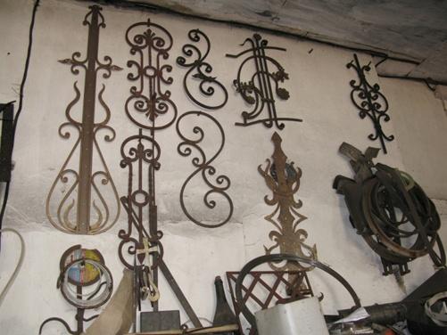 Стены мастерской украшают изделия 10-летней давности