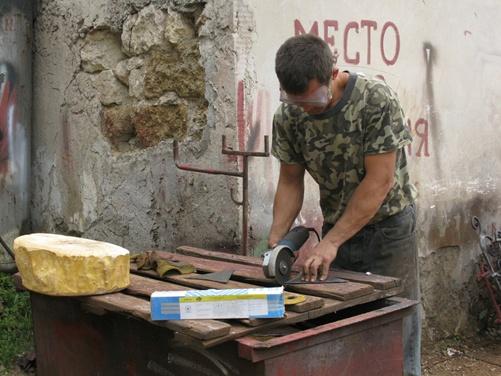 Мастер художественной обработки металла Алексей Измайлов «колдует» над фонариком