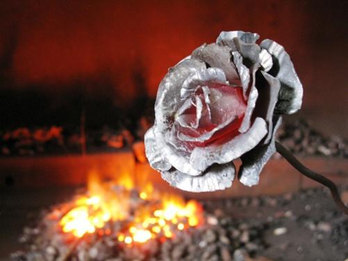 Первое кузнечное изделие, которое обычно делают новички, это металлические розы