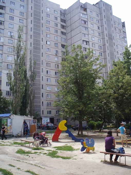 Эффективней идти с жалобами не в жэк, а к Чечельницкому, считают его соседи.