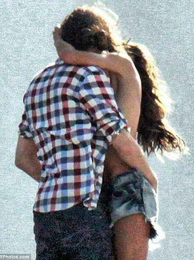 ...и парочка сливается в страстном поцелуе. Фото Daily Mail.