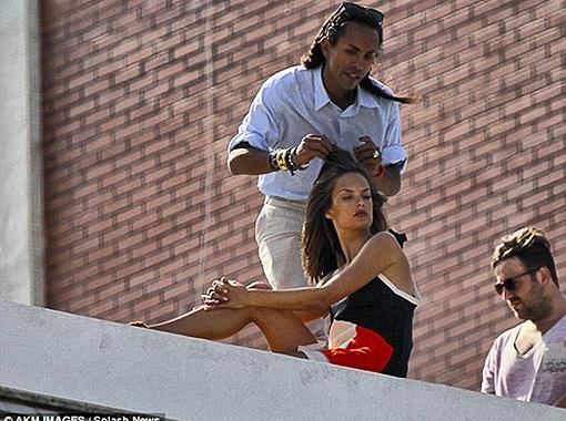 Модель причёсывали и красили прямо здесь же, на крыше. Фото Daily Mail.