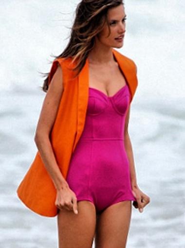 Алессандра Амбросио в одежде Colcci. Фото Daily Mail.
