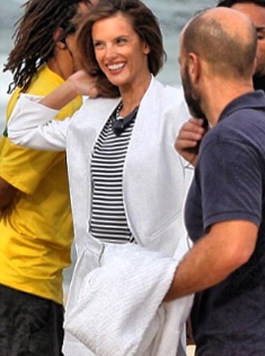 Рядом с Алессандрой Эштон Катчер вел себя как настоящий профессионал, не обращая ни малейшего внимания на её прелести. Фото Daily Mail.