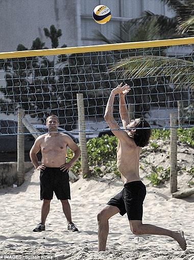 А в свободное время предпочитал ее обществу пляжную шпану, с которой играл в волейбол. Фото Daily Mail.