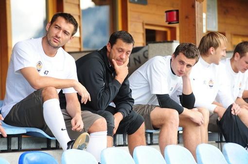 Игроки «Шахтера» внимательно слушают тренера. Фото: shakhtar.com.