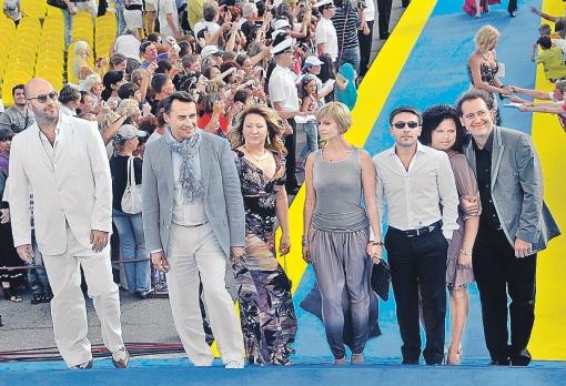 «Квартет И» в полном составе вывел на дорожку своих жен. Камиль Ларин с женой Галиной (домохозяйкой), Леонид Барац с Анной Касаткиной (актрисой), Александр Демидов с женой Еленой (жена растит Демидову трехлетнего сына Игната). И только холостяк Ростислав Хаит замыкал это эффектный парад-алле в одиночку. В обычной жизни, может, ему все завидуют, а на дорожке он имел бледный вид по сравнению со своими женатыми друзьями.