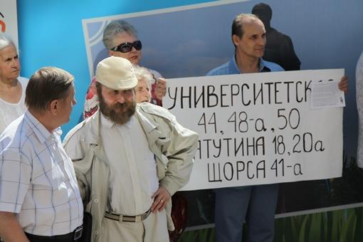 Перед входом в мэрию собралось около 50-ти человек. Фото: Павел Колесник.