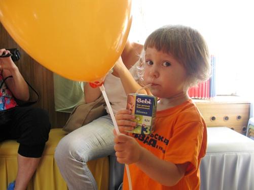 В перерывах между соревнованиями дети подпитывали силы вкусным соком