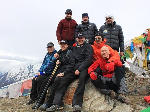 Дружная команда альпинистов перед воротами в Тибет.