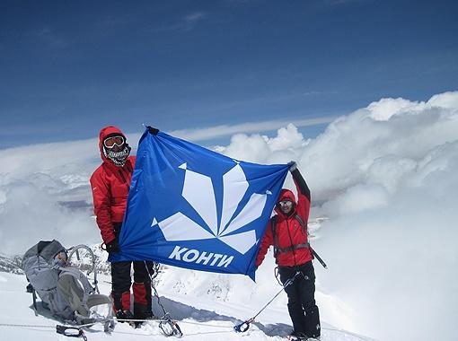 Никогда еще флаг КОНТИ не поднимался на такую огромную высоту.