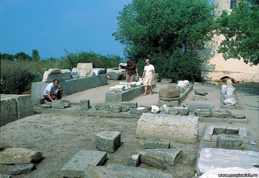Заповедник «Ольвия», по оценкам историков, был разграблен «черными археологами» на 90%, пока на нем не выставили охрану.