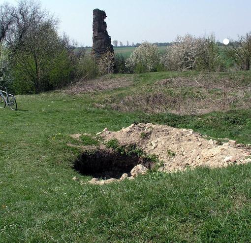Грабительский шурф на территории старинного замка в селе Тайкуры Ровенской области.