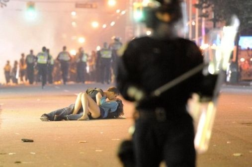 Пара среди погрома в Ванкувере. Фото Rich Lam.