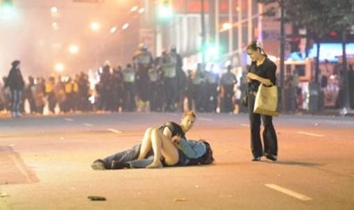 Молодых людей сбила с ног не страсть, а бойцы спецподразделения полиции. Фото Rich Lam.