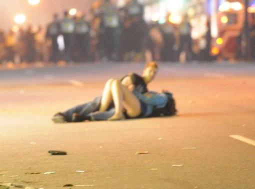 Девушку на асфальт положили совсем не любящие руки. Фото Rich Lam.
