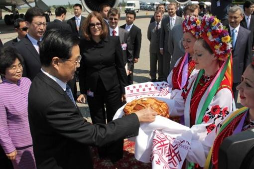 Лидера Китая встречали девушки в национальных нарядах традиционным. Фото с официального сайта Совета Министров АРК.