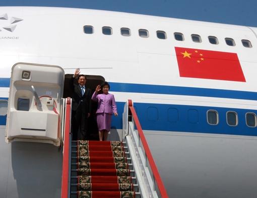 Председатель КНР Ху Цзиньтао и его супруга Лю Юнцин в аэропорту