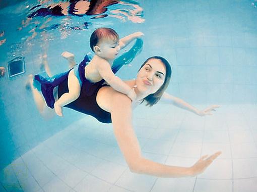 Весь в маму! Любимое занятие Саши - плавать.