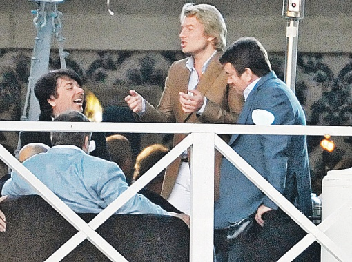 Больше всех на торжествах веселился Николай Басков. Он же первый прокричал Галкину и Пугачевой «Горько!».