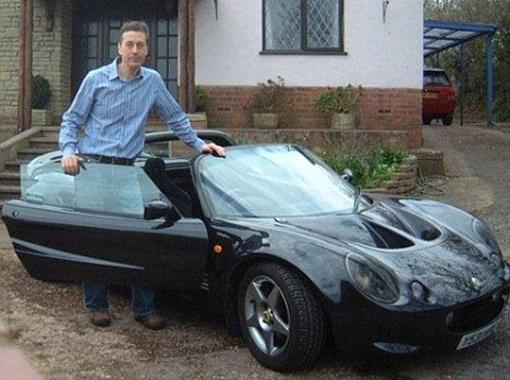 Чтобы дарить любимой дорогие подарки в Киеве, Барри нужна была наличность - и он продал свою машину.