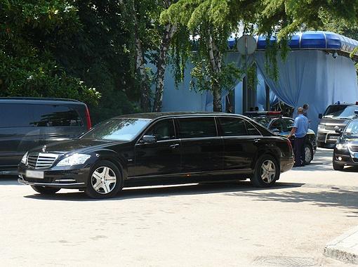 На этом бронированном лимузине и возили китайскую чету по Крыму.