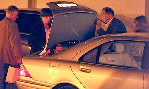 Максим Галкин и Алла Пугачева (на фото крайняя справа) забирают из лимузина подарки. Фото Евгении Гусевой.