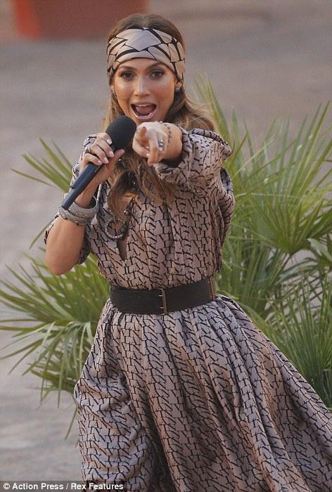 Дженнифер Лопес прибыла на телешоу в очаровательном черно-бежевом платье. Фото: Daily Mail.