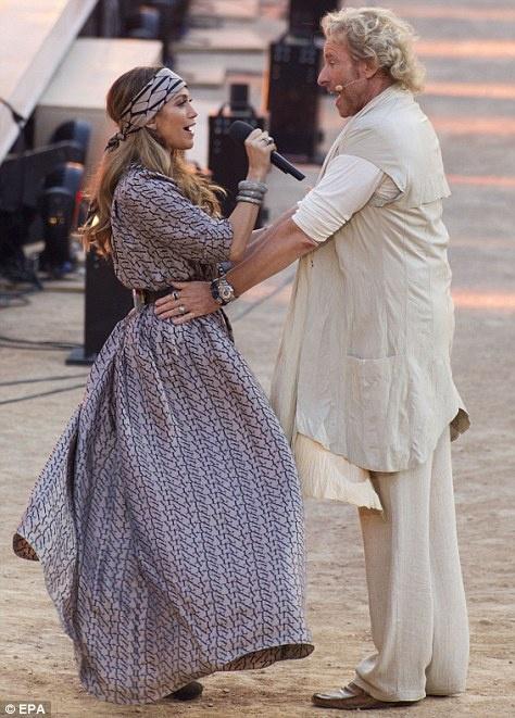 Певицу тепло поприветствовал ведущий шоу Томас Готтшальк. Фото: Daily Mail.