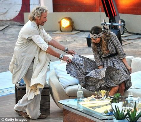 ...справиться с непокорной юбкой. Фото: Daily Mail.