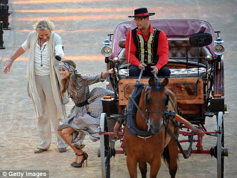 На телешоу Дженнифер прибыла словно королева - в коляске, запряжённой парой лошадей. Фото: Daily Mail.