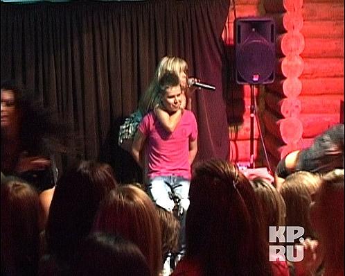 ...потом во время исполнения песни украинская красотка соблазнительно обвила руку вокруг шеи парня... Фото: Станислав ОДНОПОЗОВ