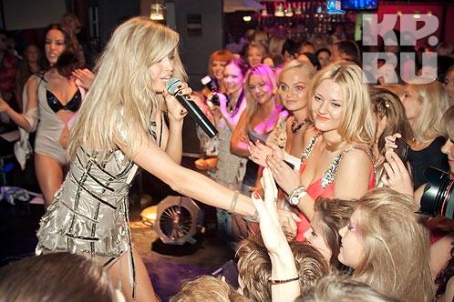 У сцены толпились в основном дамы, ревниво рассматривая певицу с головы до ног Фото: Павел ТЕМНЫШЕВ