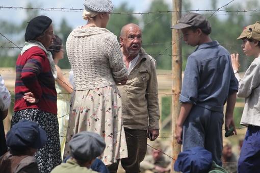 По другую сторону забора из колючей проволоки со скорбными лицами стояли «родственники», которые в лукошках принесли пленным поесть.