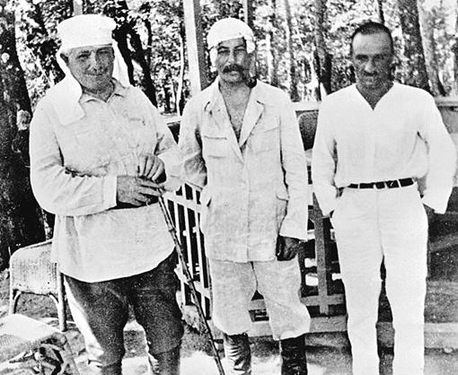 1925 год. Сталин (в центре) и Анастас Микоян (справа) на отдыхе.