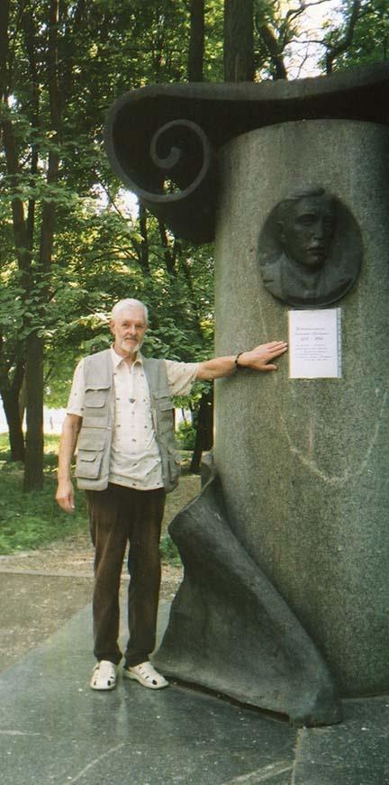 Евгений Лясковский прикрепил к памятнику временную табличку с именем и годами жизни Александра Красносельского.  Фото из личного архива Евгения Лясковского.