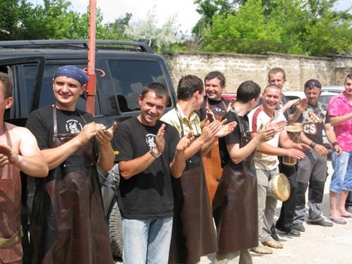 Более 20 кузнецов приехали поздравить молодую семью