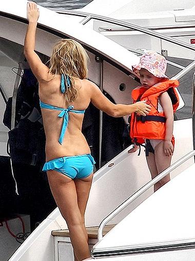 Певица с дочкой отдыхают на яхте бойфренда Джерри. Фото Daily Mail.
