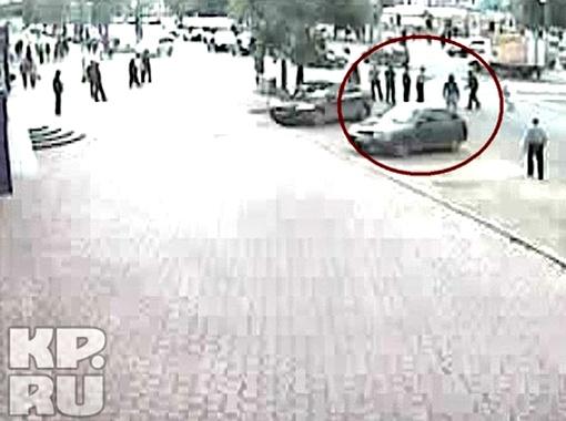 Прохожие пытались выбить нож из рук преступника (справа) сумками и палками.