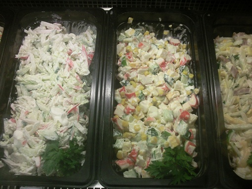 Несмотря на жару, в кулинарных отделах супермаркетов большой выбор готовых блюд, приправленных майонезом. Фото Марии ЯШИНОЙ.