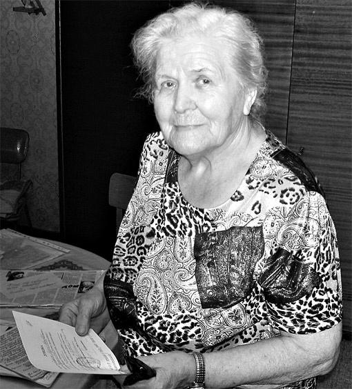 Лидия Ивановна до сих пор с нежностью вспоминает свою первую любовь. В руках у нее - похоронка, в которой сообщается, что ее муж погиб 25 июня 1941 года.